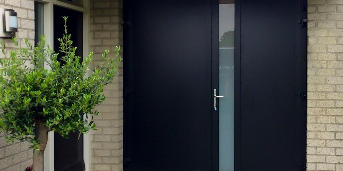 openslaande-garagedeur-zwart-melkglas-modern