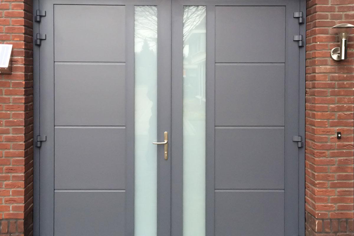 Garagedeur-uitgevoerd-met-een-vlakke-profilering-en-melkglas
