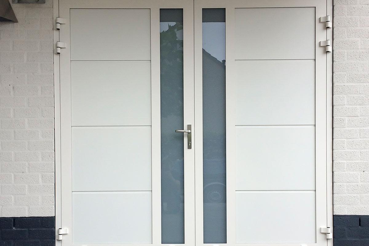 Openslaande-garagedeur-met-verticaal-glas-wit-2