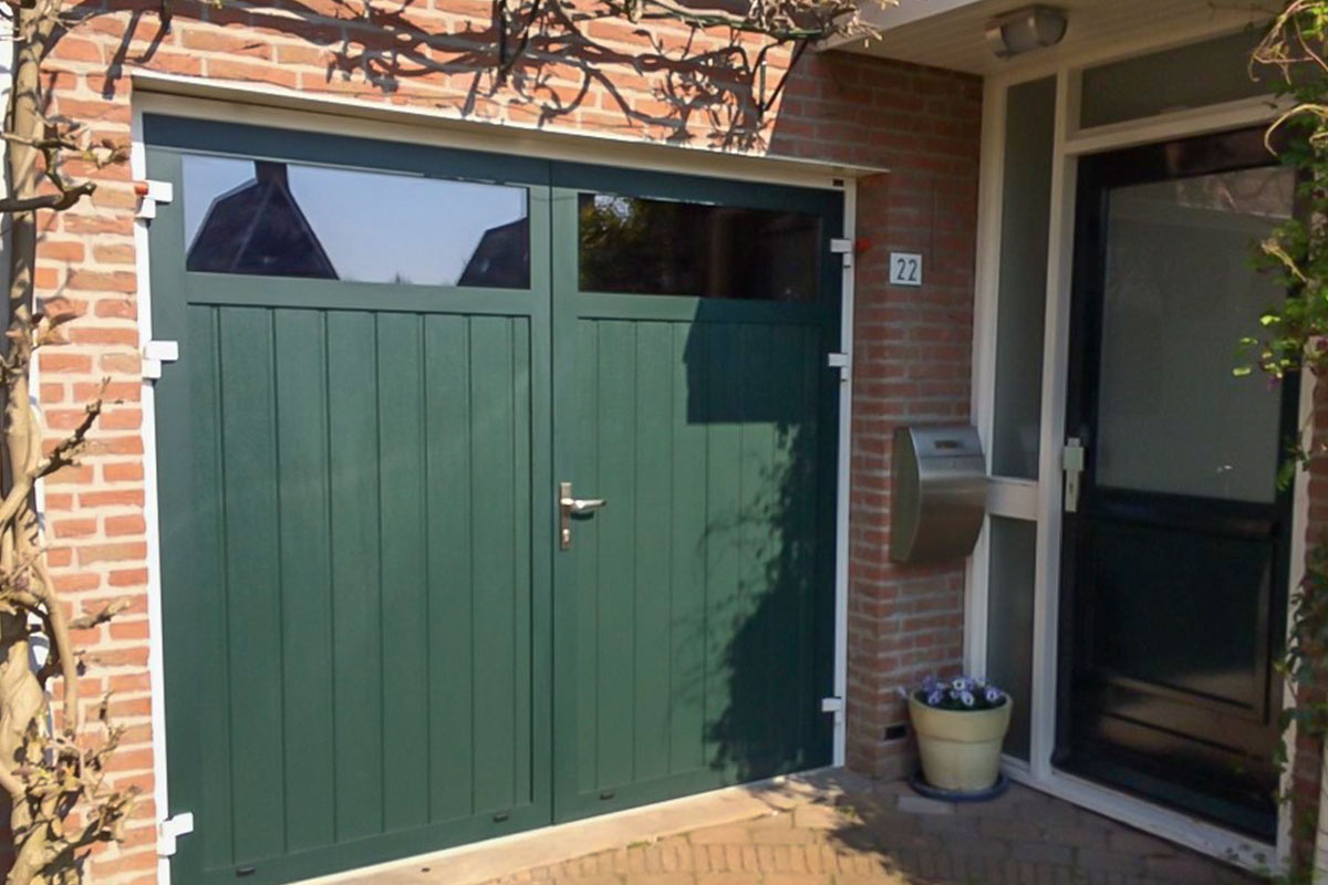 openslaande-garagedeur-verticaal-geprofileerd-houten-3