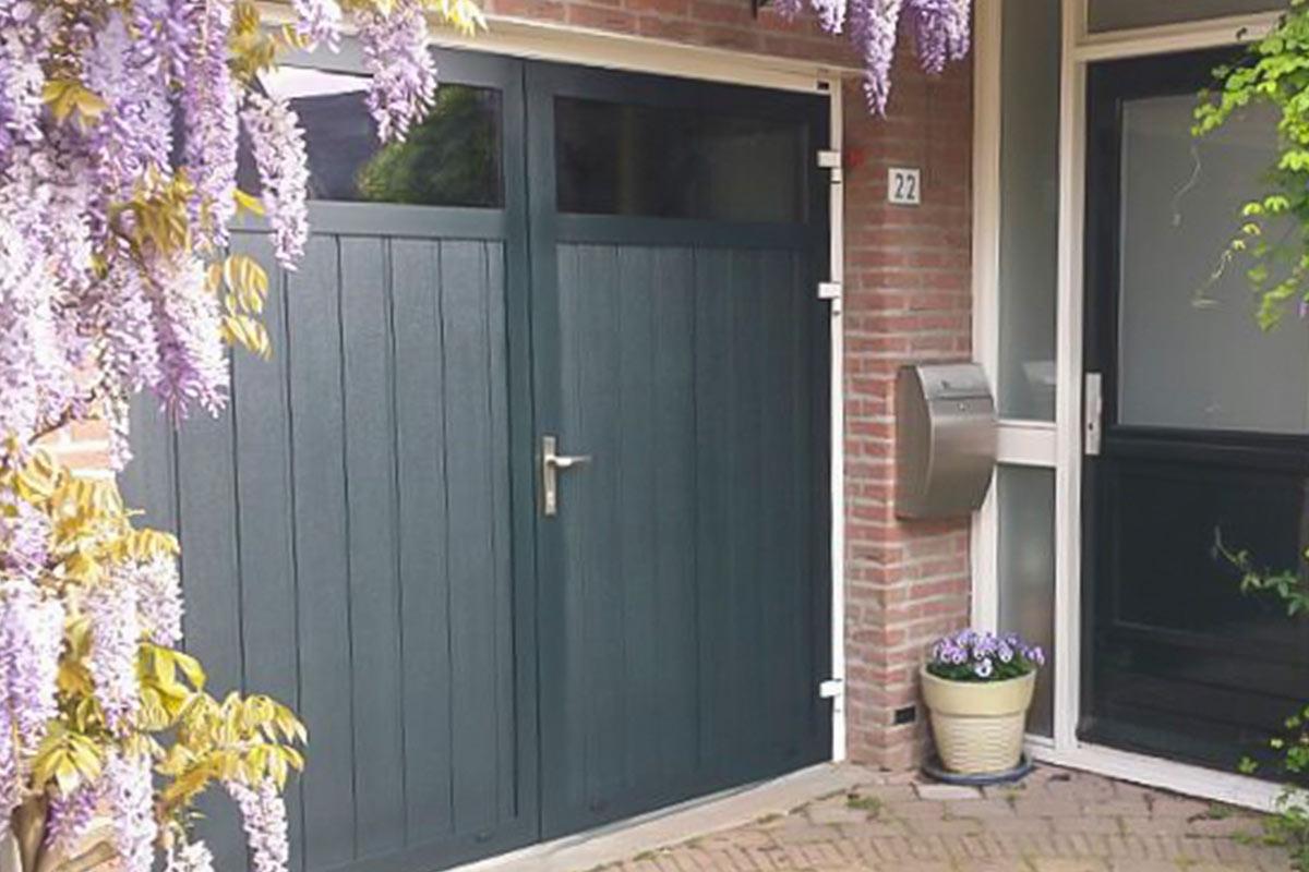 openslaande-garagedeur-verticaal-geprofileerd-houten-4