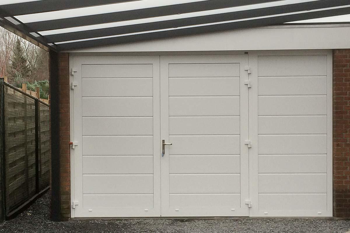 Openslaande-garagedeuren-met-vast-zijpaneel