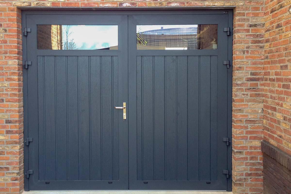 Openslaande-garagedeuren-met-HR-glas-2