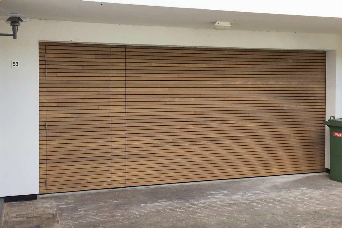 Houten-sectionaaldeur-met-losse-loopdeur-van-horizontale-latten-Afrormosia-hout-3