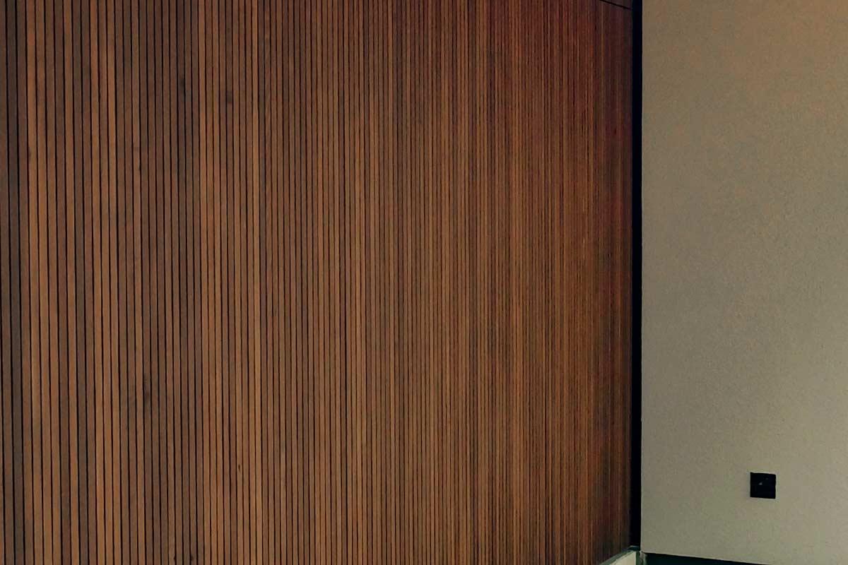Zijwaartse-Red-Cedar-houten-garagedeur-2