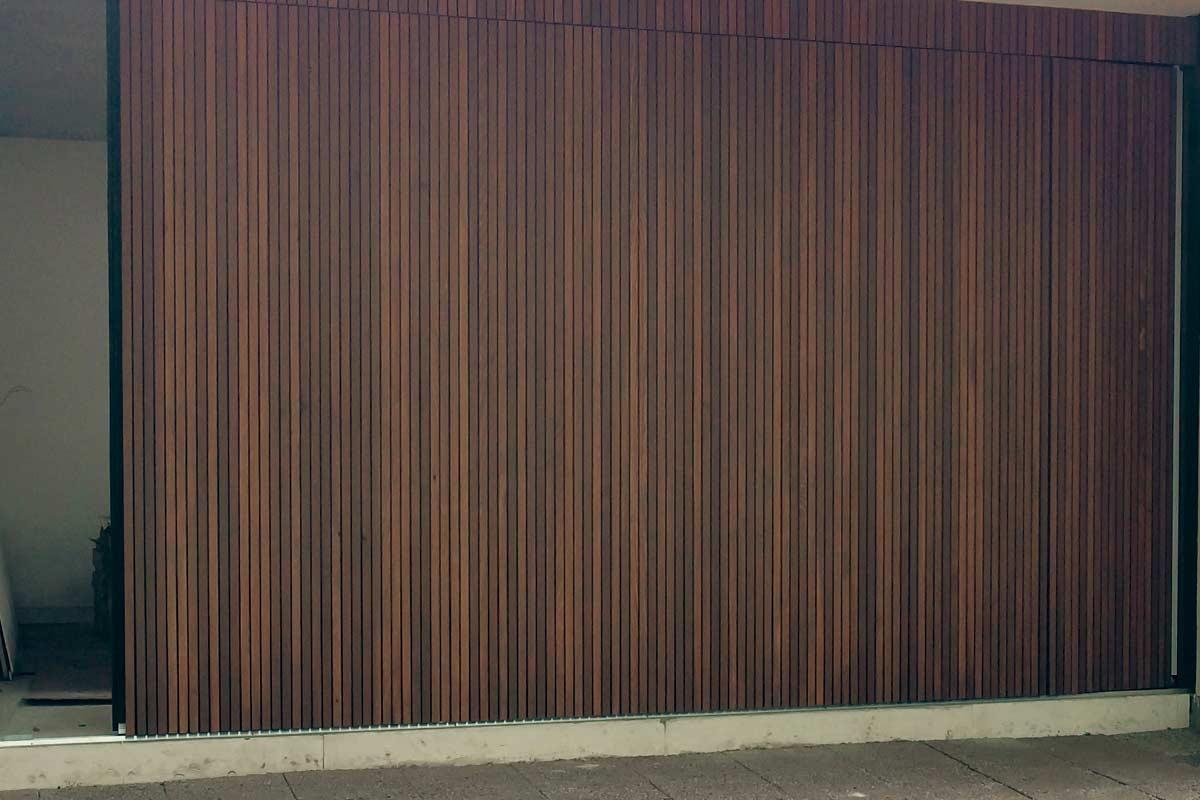 Zijwaartse-Red-Cedar-houten-garagedeur-4