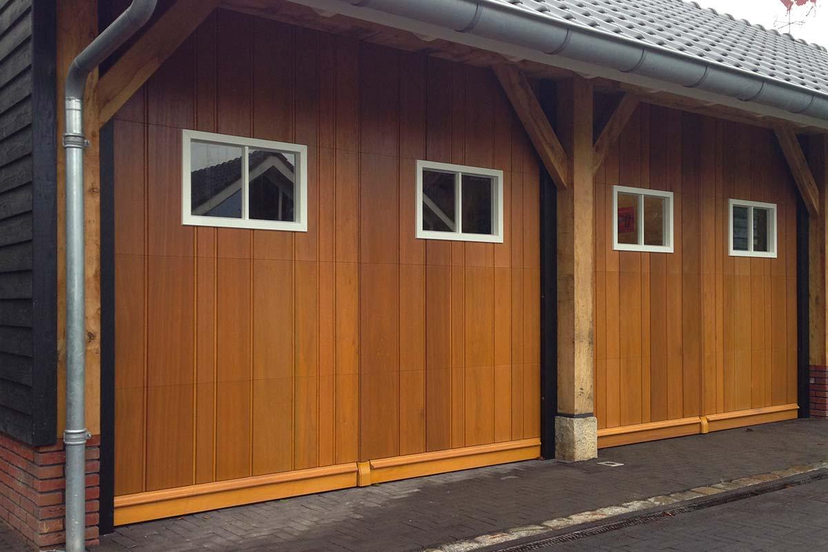 Twee-houten-sectionaaldeuren-met-glas-2