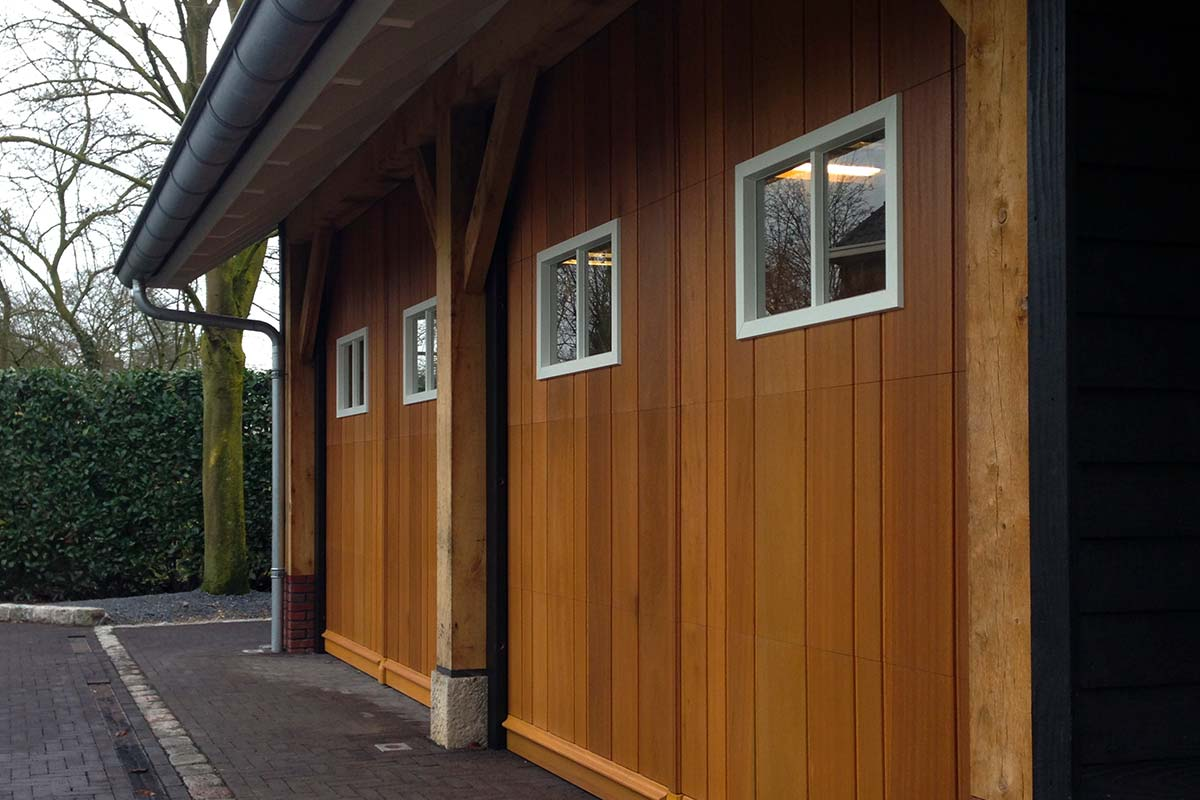 Twee-houten-sectionaaldeuren-met-glas-4