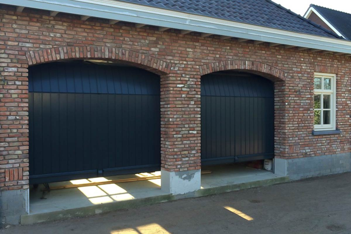 Twee-houten-verticale-sectionaaldeuren-2