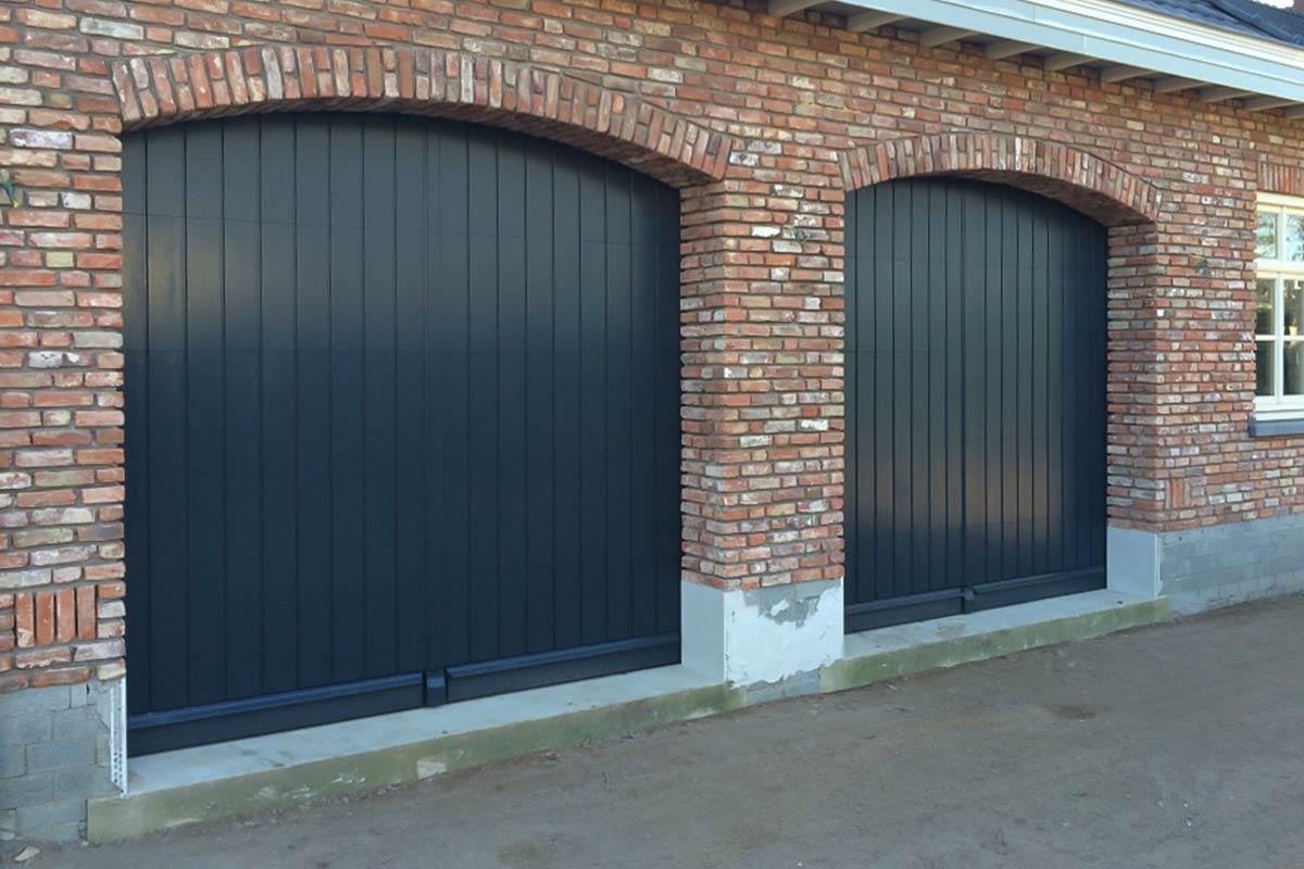 Twee-houten-verticale-sectionaaldeuren-3