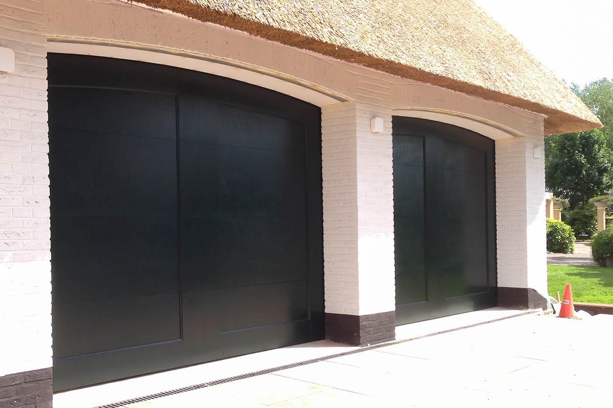 Twee-houten-garagedeuren-bij-rieten-kap-woning-2