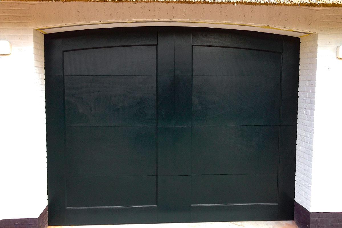 Twee-houten-garagedeuren-bij-rieten-kap-woning-3