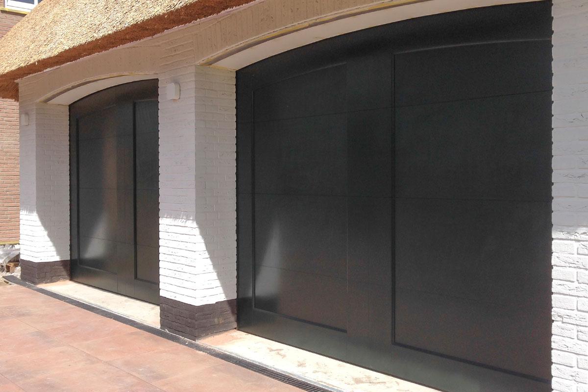 Twee-houten-garagedeuren-bij-rieten-kap-woning-4