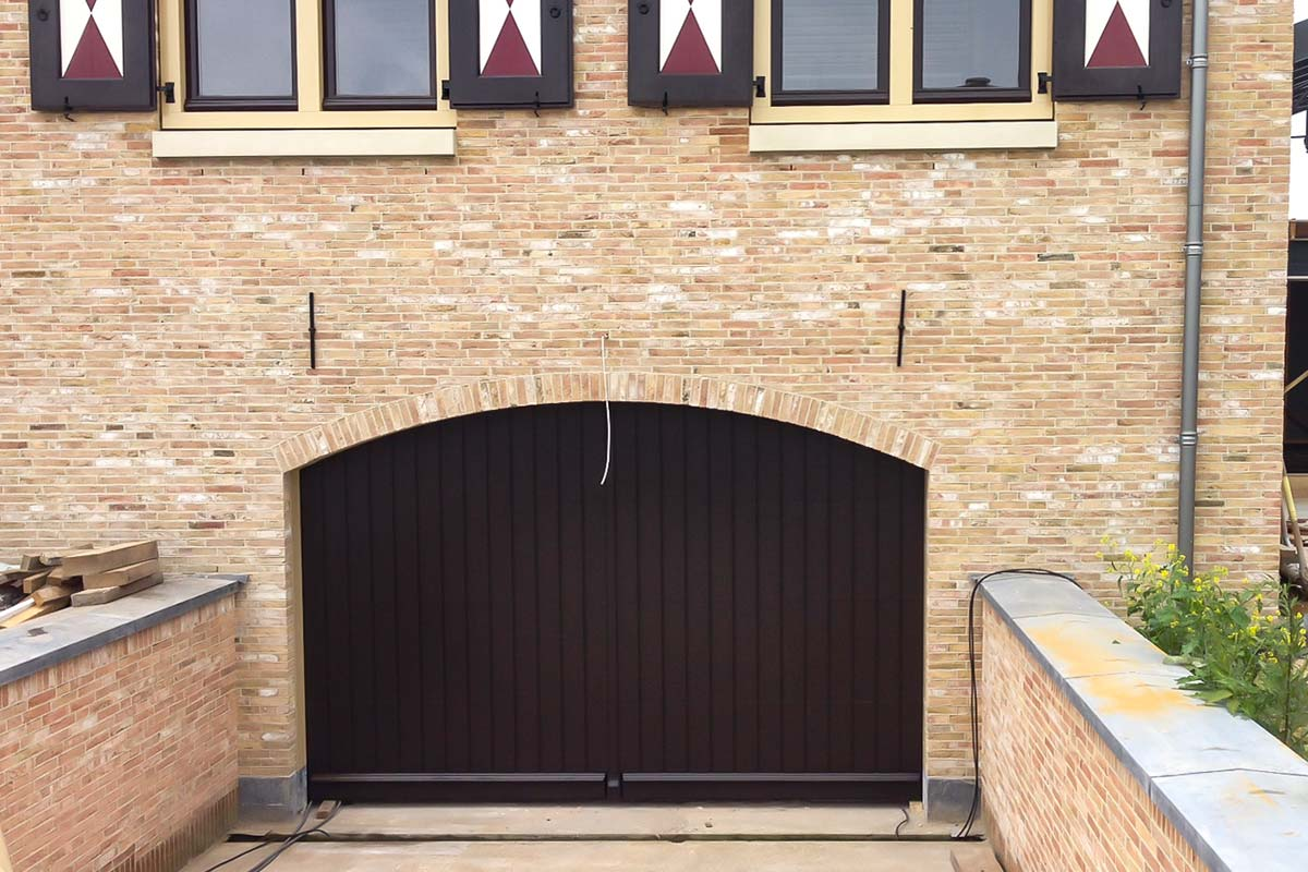 Houten-sectionaaldeur-verticaal-Mahonie-monumentaal-pand-2