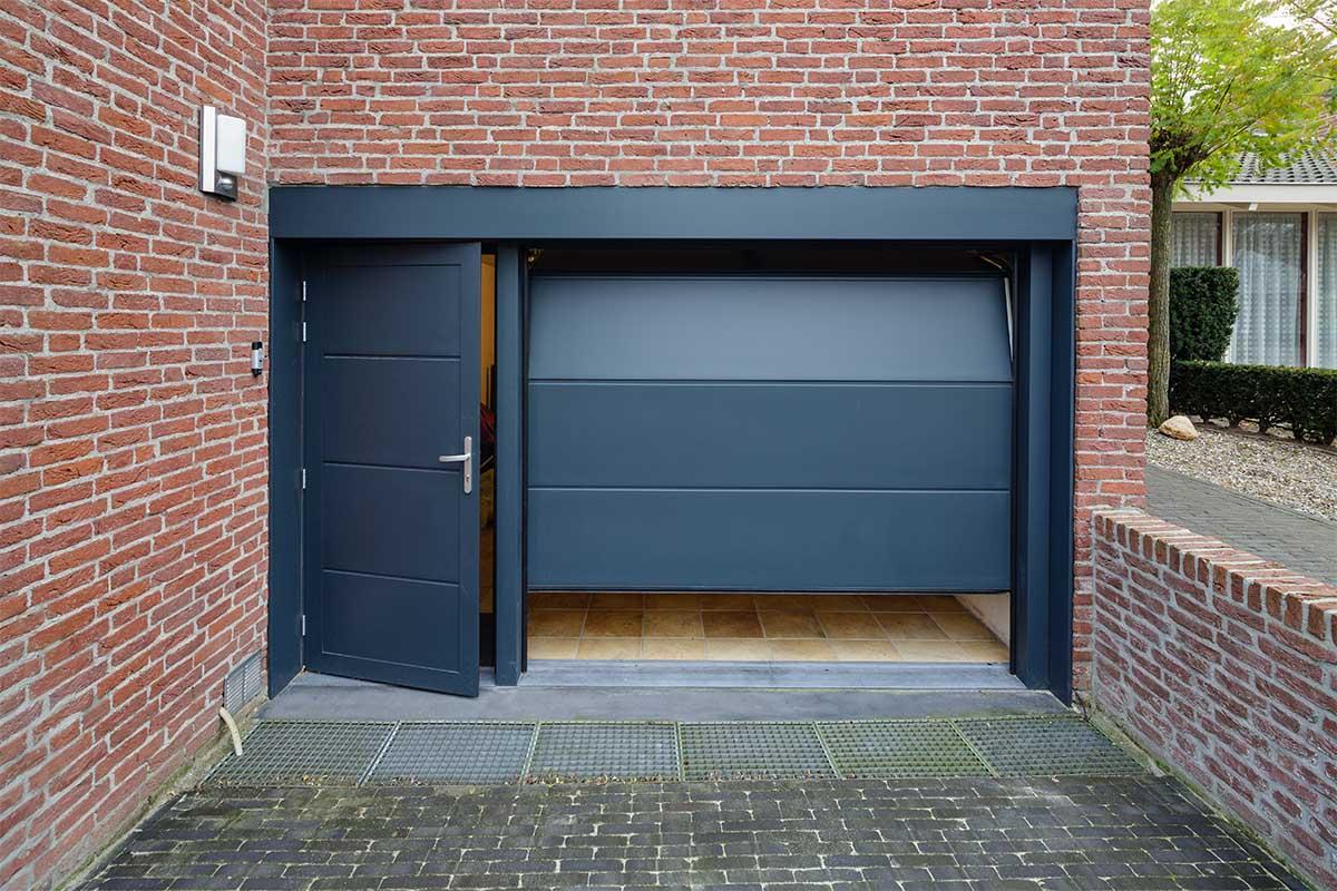 geisoleerde-onderhoudsvrije-sectionaaldeur-en-loopdeur-5