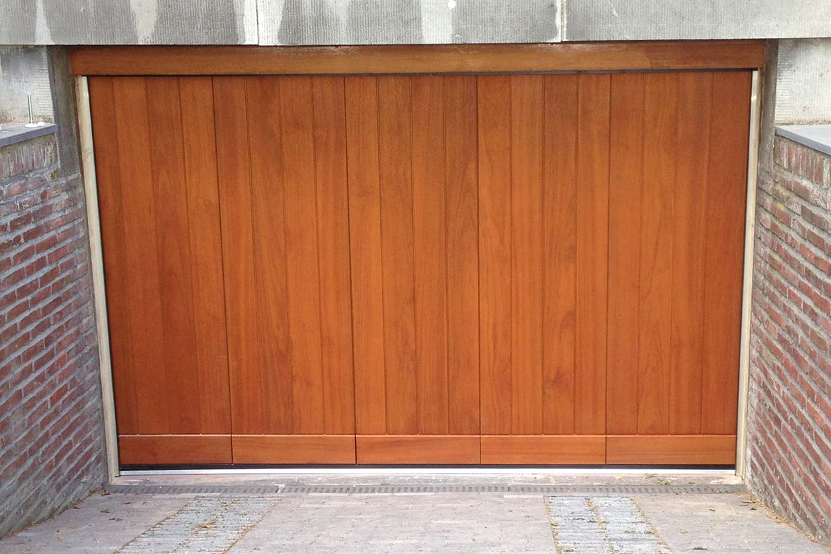 Elektrisch-houten-zijwaartse-garagedeur