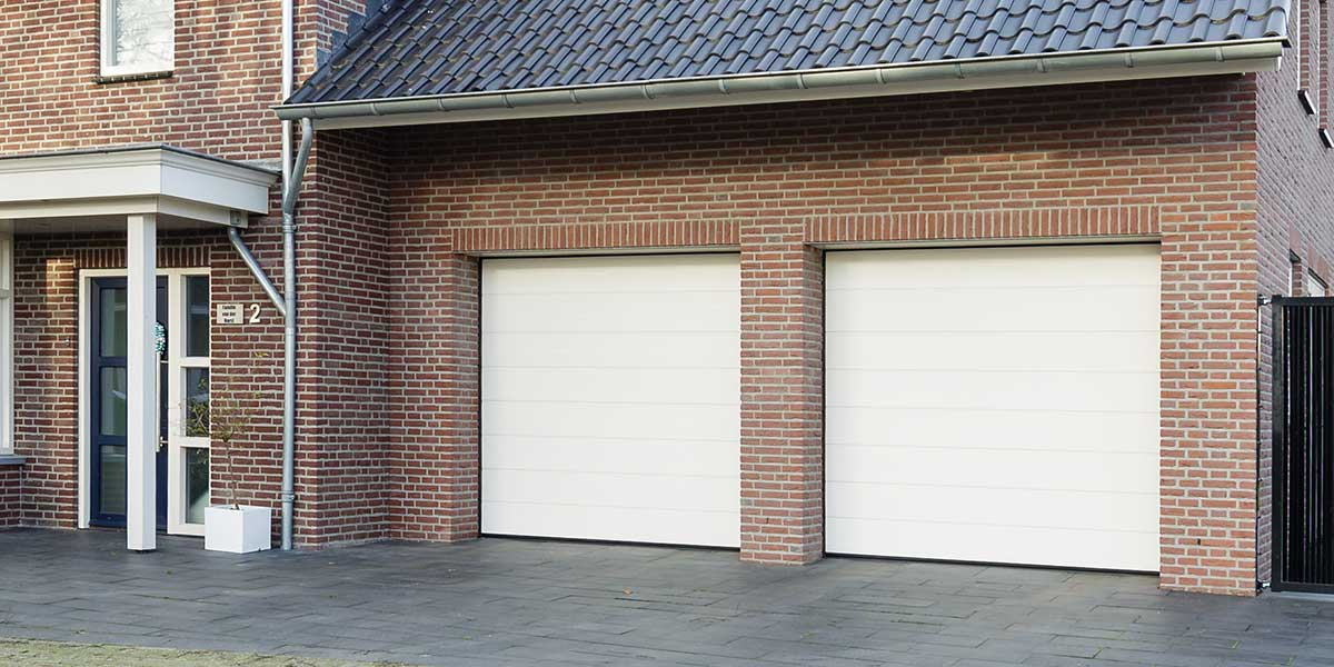 Twee-sectionaaldeuren-in-een-garage