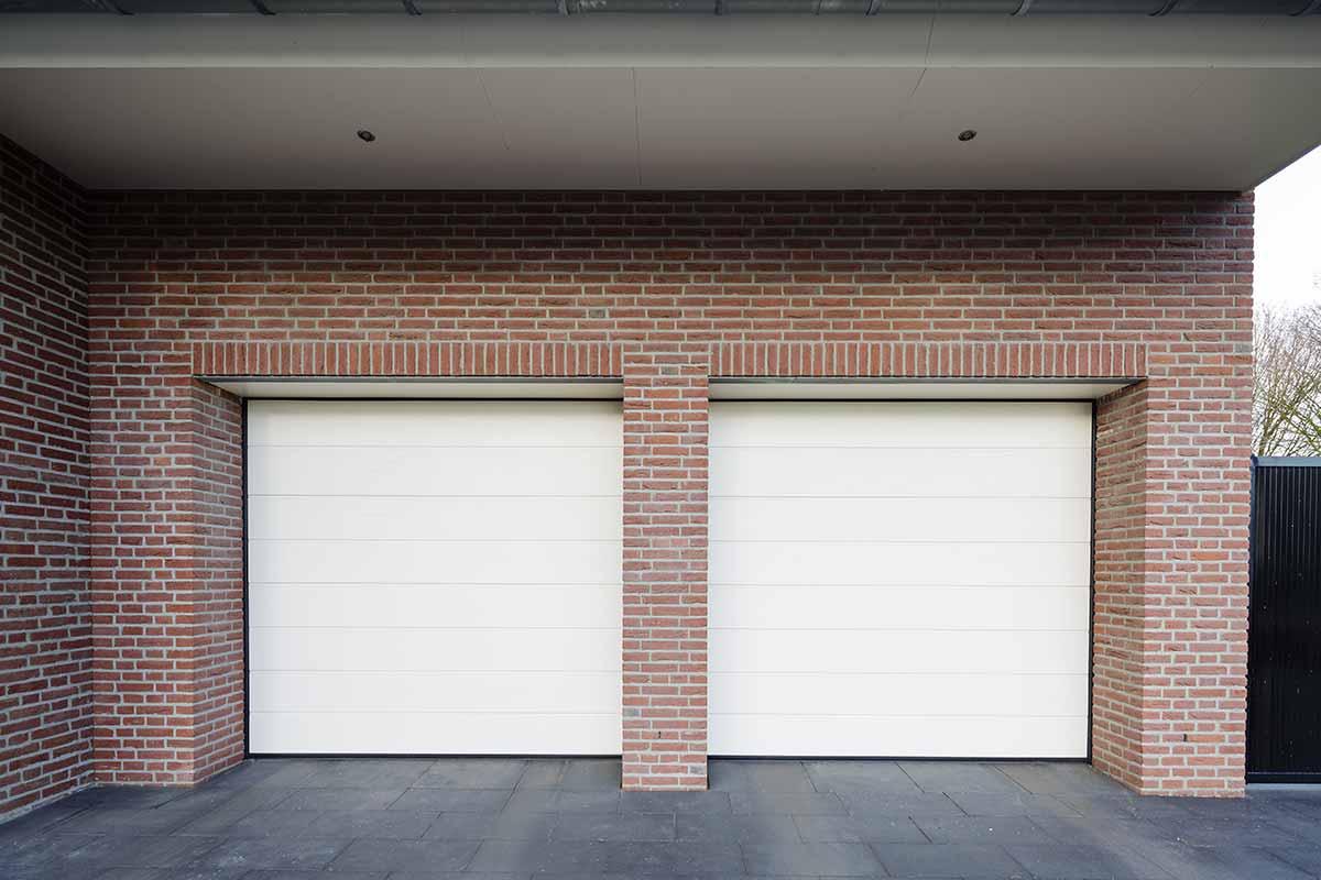 Twee-sectionaaldeuren-in-een-garage-3