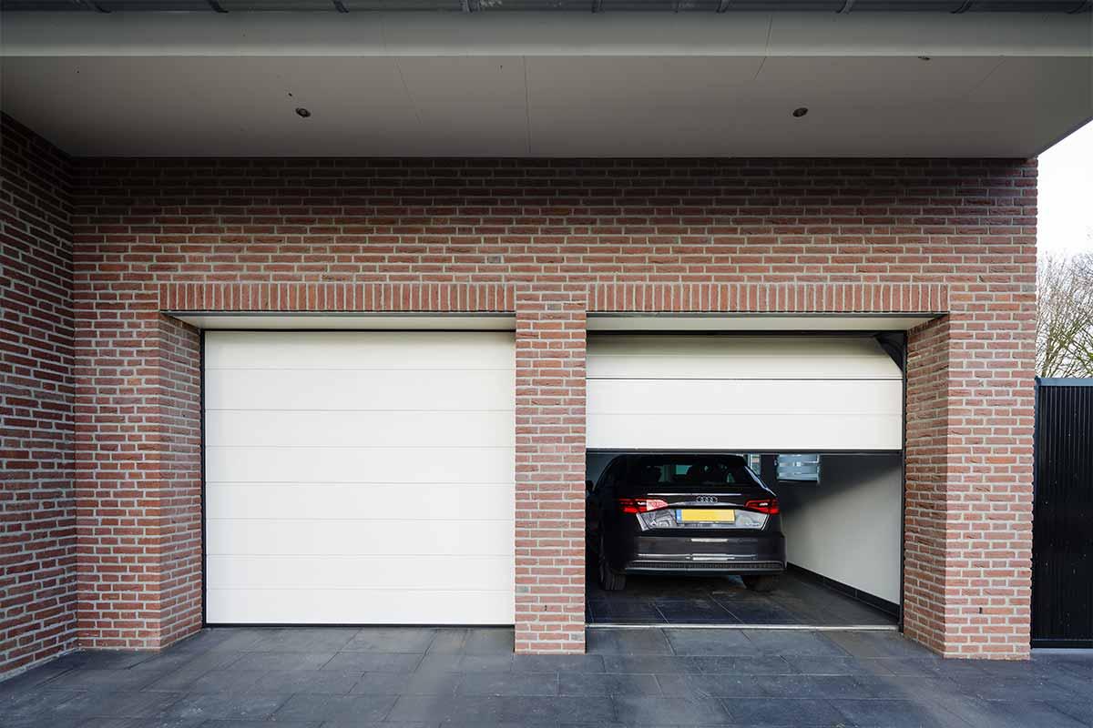 Twee-sectionaaldeuren-in-een-garage-4