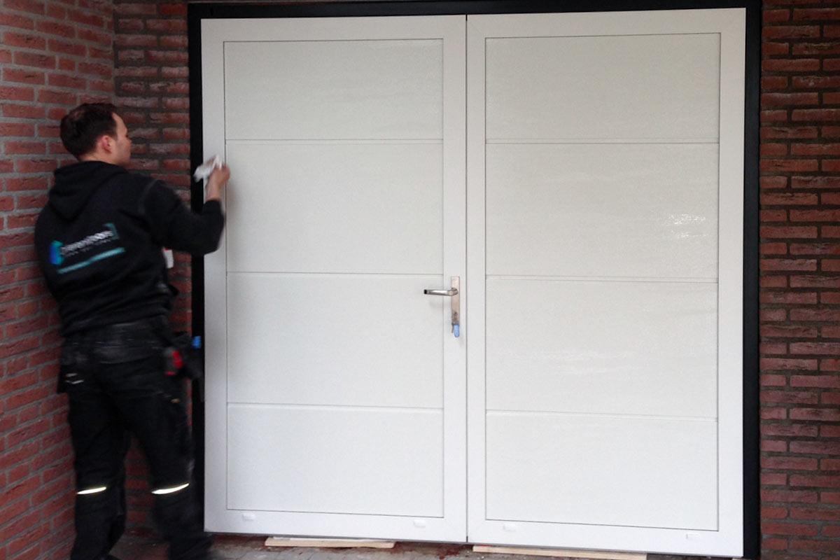 openslaande-garagedeur-vlak-glad-RAL-9010-verzonken-scharnieren-2