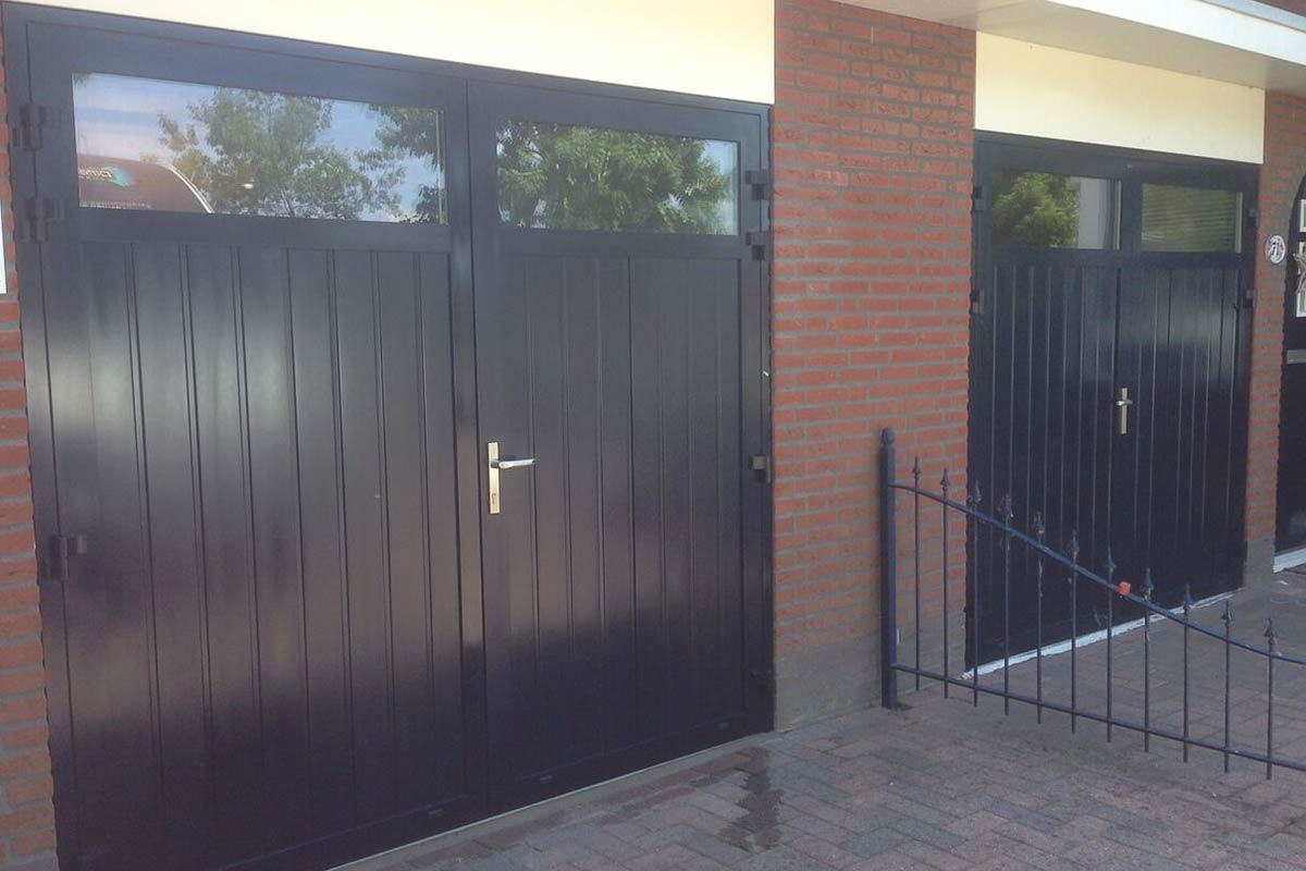 openslaande-garage-deuren-verticaal-smal-glas1