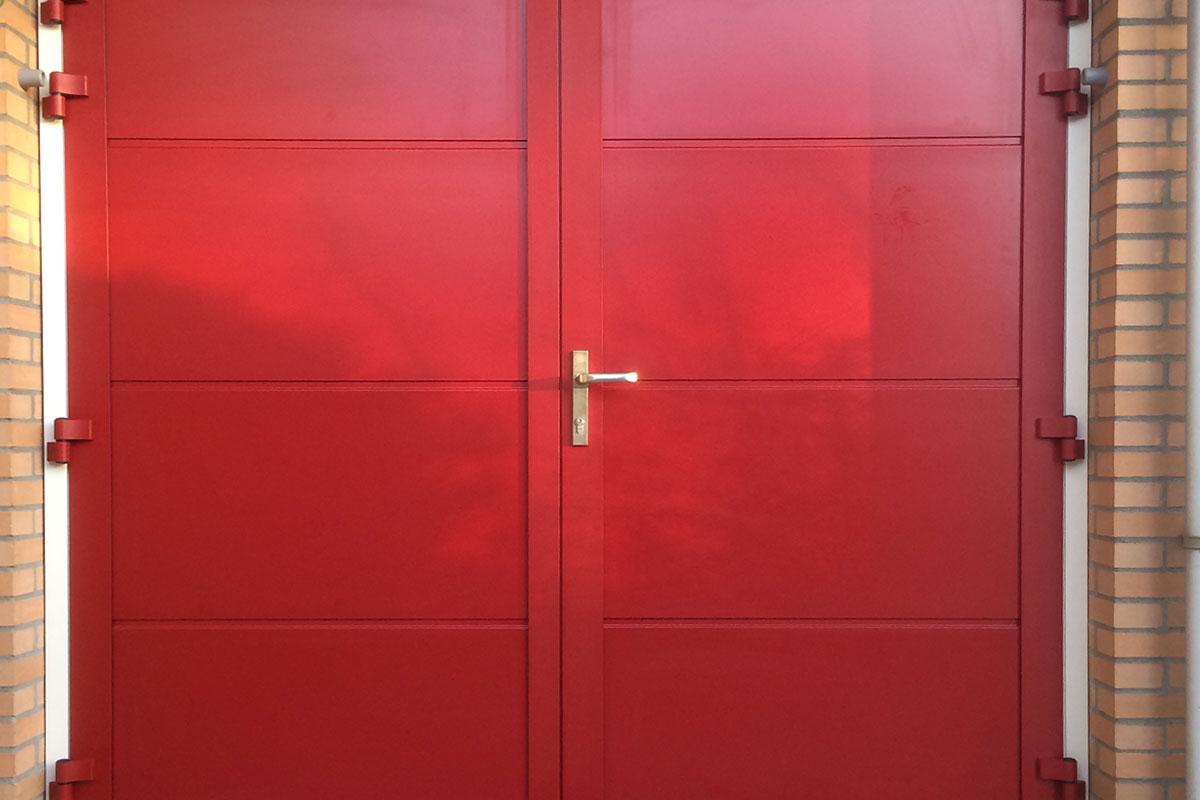 openslaande-garagedeuren-onderhoudsvrij-ral-kleur-naar-keuze-rood