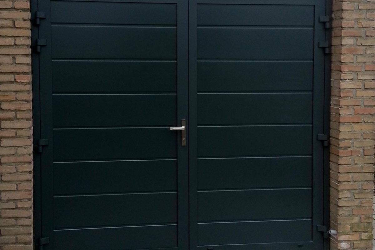 garagedeur-openslaand-midden-vlak-zwart