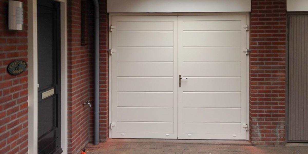Witte openslaande garagedeuren kunststof