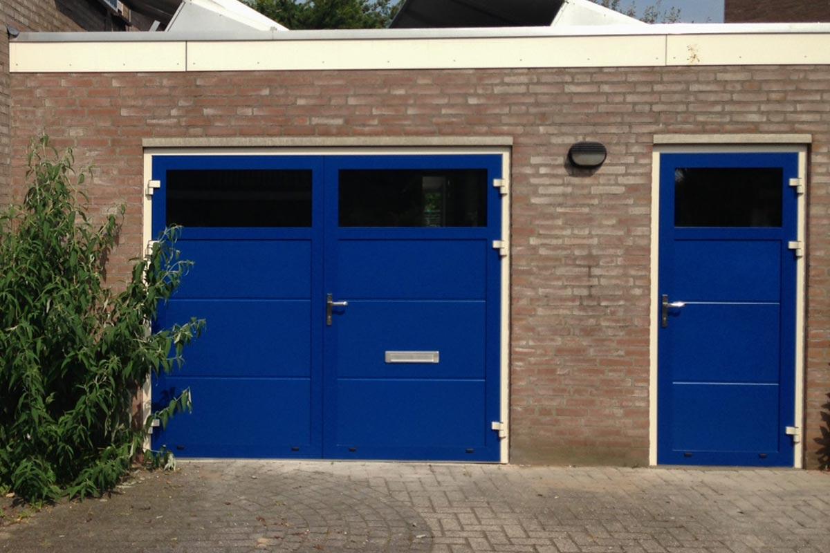 Openslaande garagedeur RAL 5010