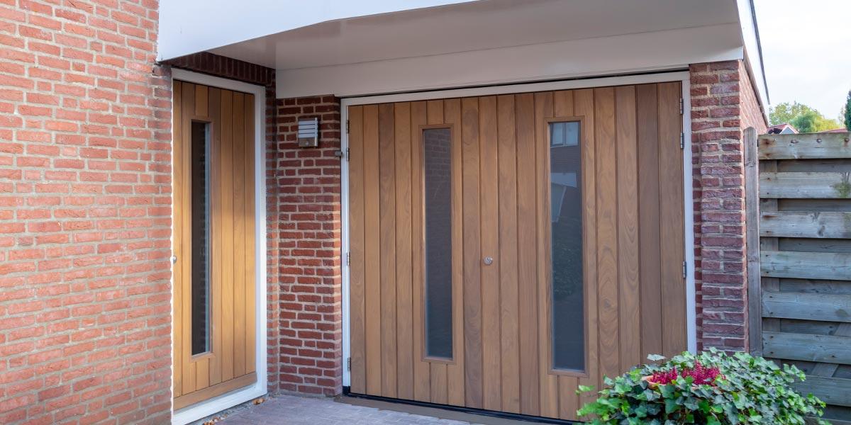 Houten-openslaande-garagedeur-voordeur