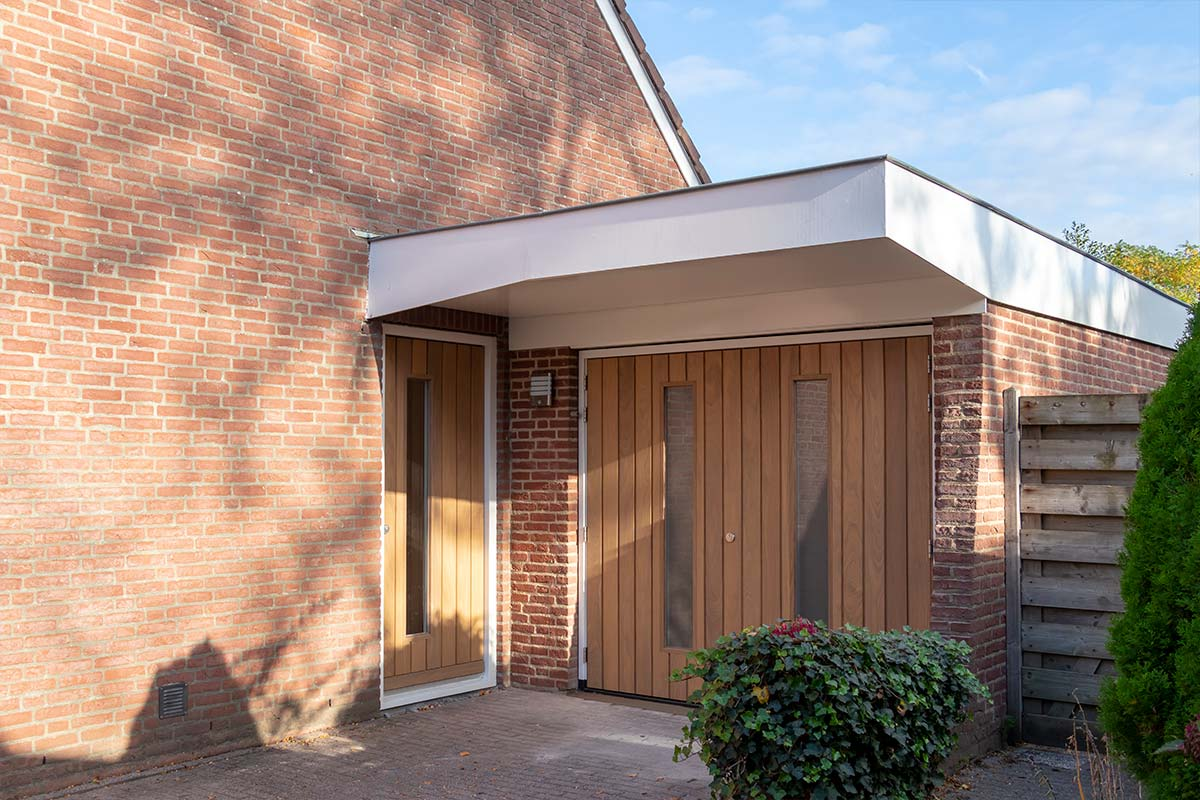 houten-voordeur-bijpassende-houten-openslaande-garagedeur