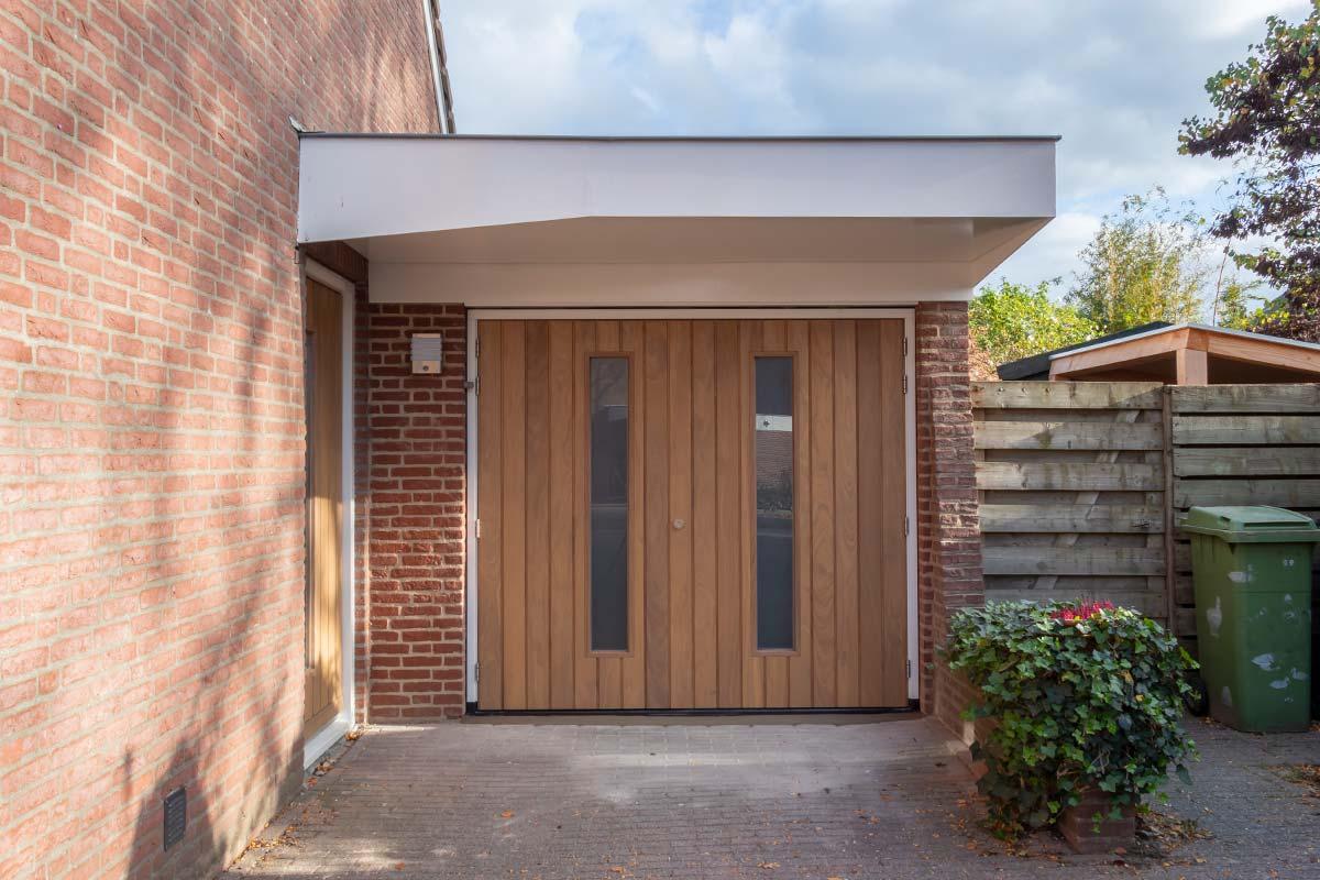 houten-voordeur-bijpassende-houten-openslaande-garagedeur-2