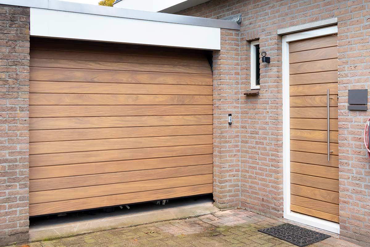 houten voordeur en houten garagedeur