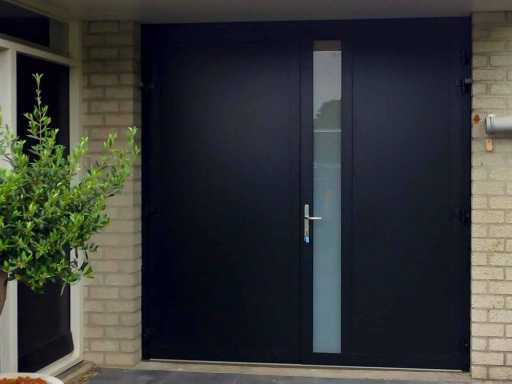 Moderne zwarte openslaande garagedeur voorzien van melkglas