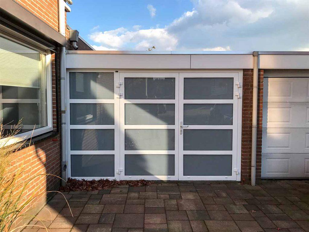Openslaande garagedeuren en vast zijstuk voorzien van melkglas