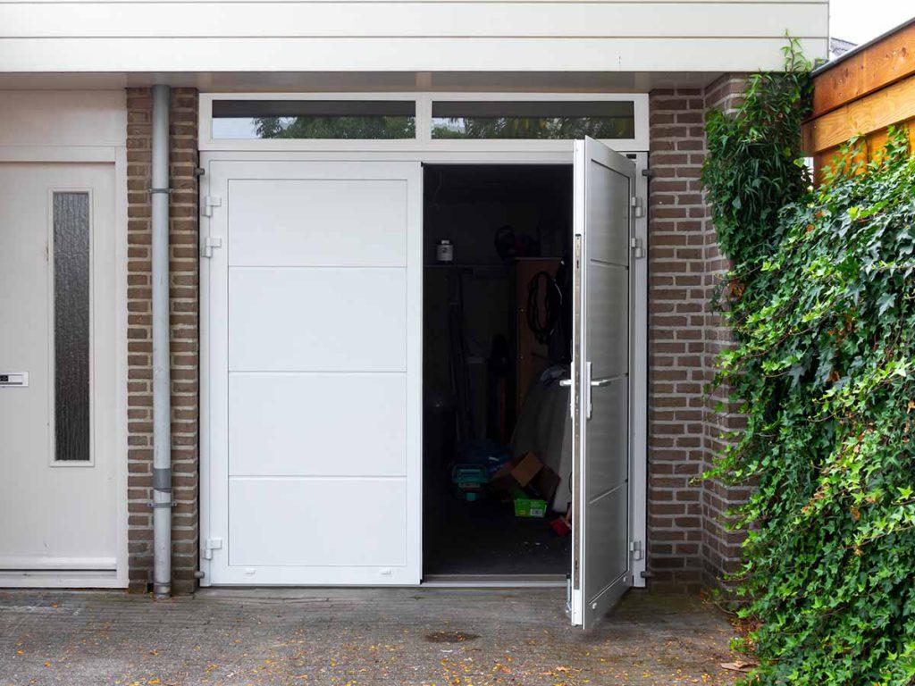 Witte geïsoleerde openslaande garagedeur