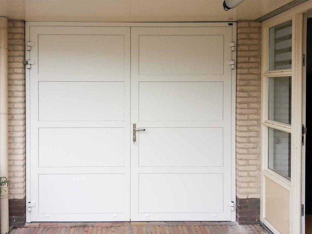Witte openslaande garagedeur met vlaksverdeling