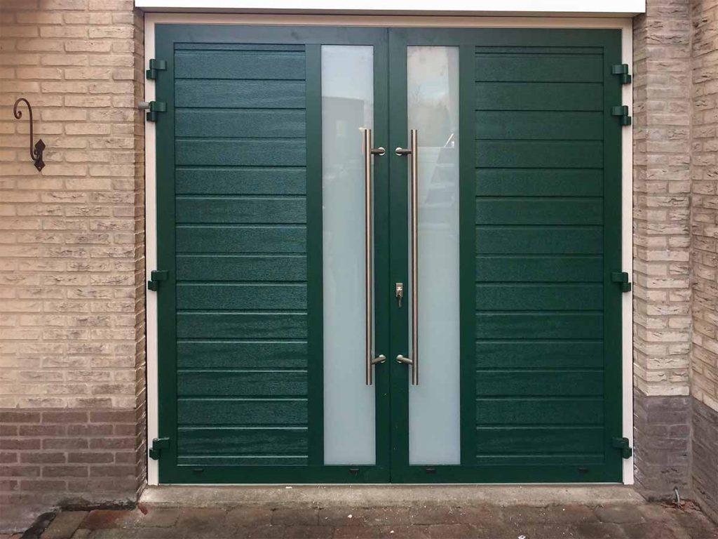Openslaande garagedeur voorzien van vele details