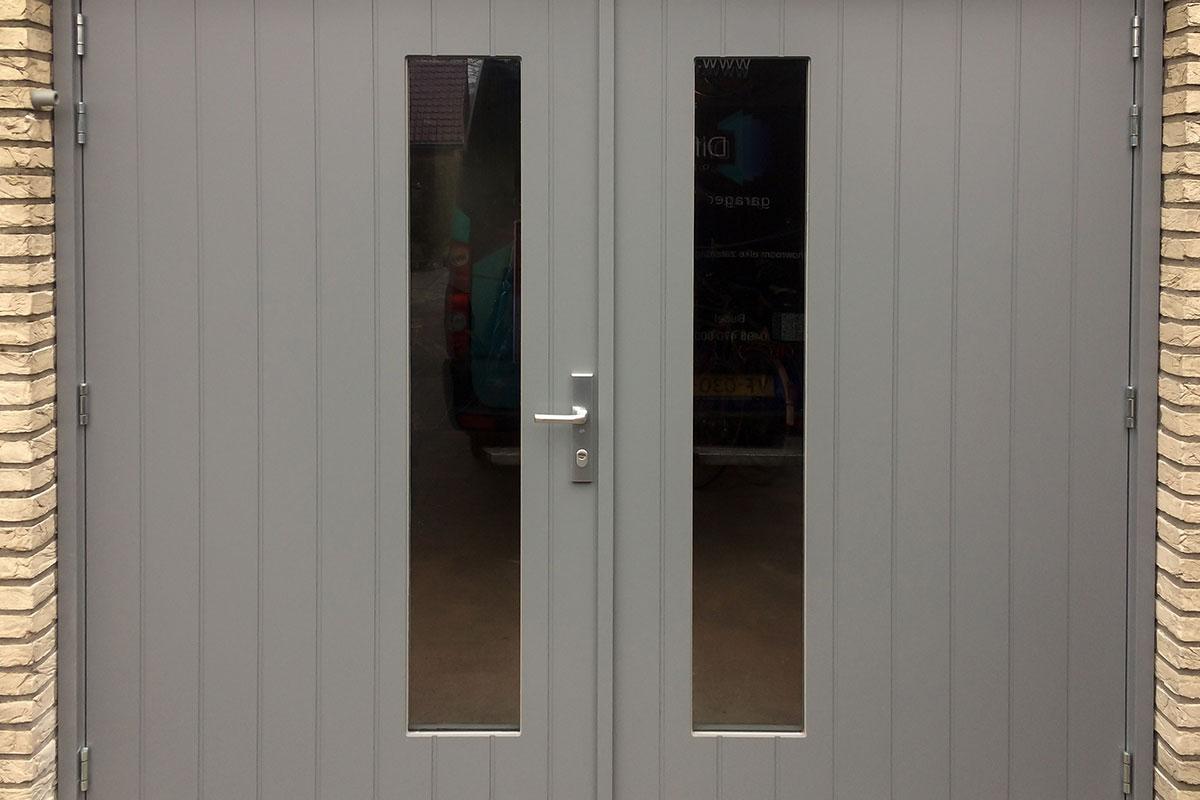 Houten-openslaaande-garagedeur-glas-2