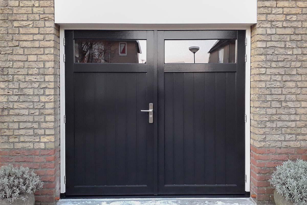 Houten-openslaande-garagedeuren-met-glas-verticaal-geprofileerd-2