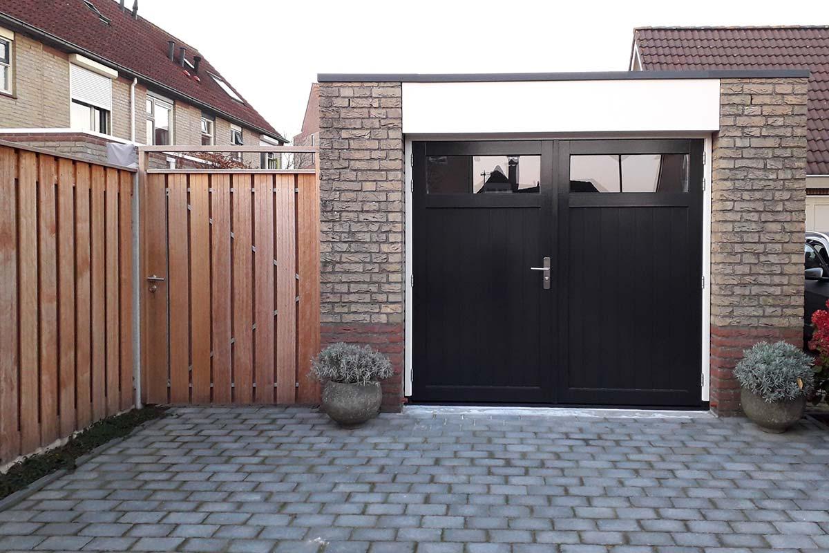 Houten-openslaande-garagedeuren-met-glas-verticaal-geprofileerd-3
