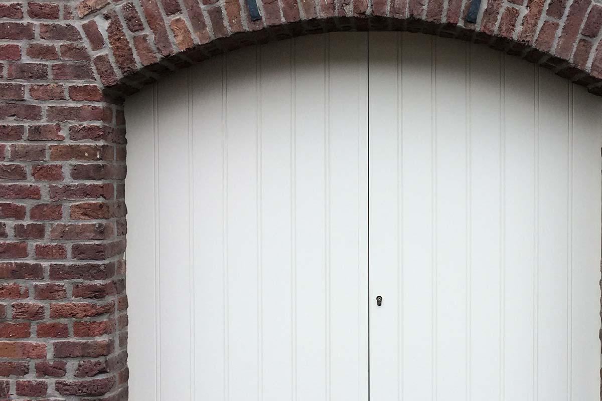 getoogde-openslaande-garagedeur-wit