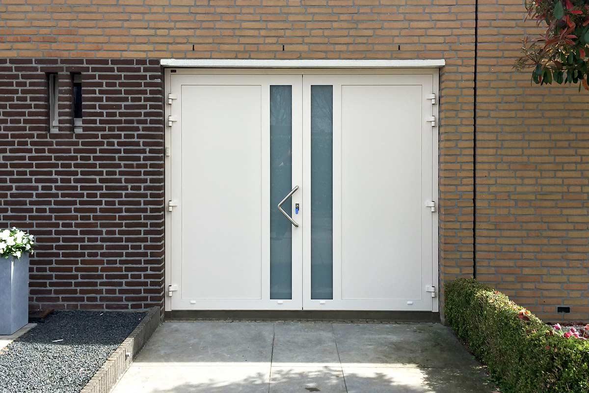 Witte-openslaande-garagedeur-verticaal-glas-4