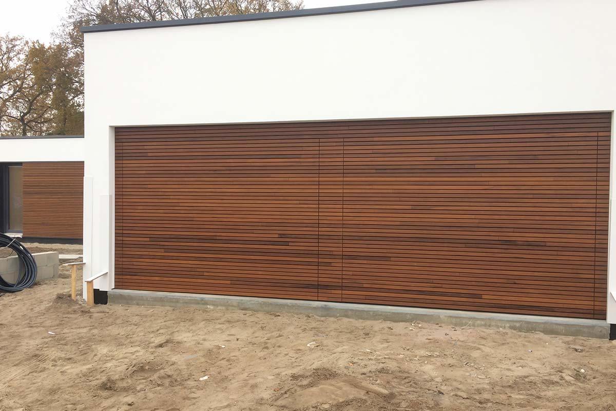 houten-sectionaaldeur-in-gevel-gevelkleding