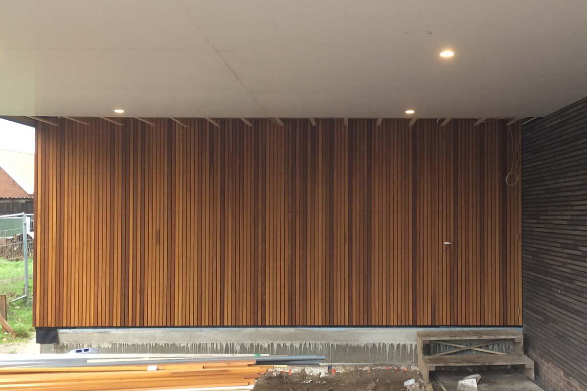 houten-garagedeur-gelijk-in-de-gevel