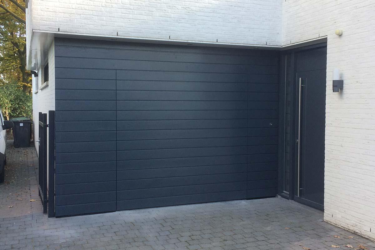 houten-sectionaaldeur-in-gevel-blauw