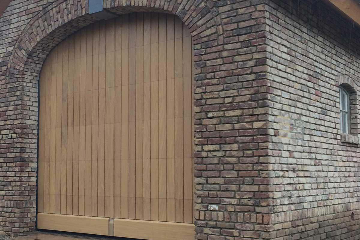 verticale-blanke-houten-sectionaaldeur