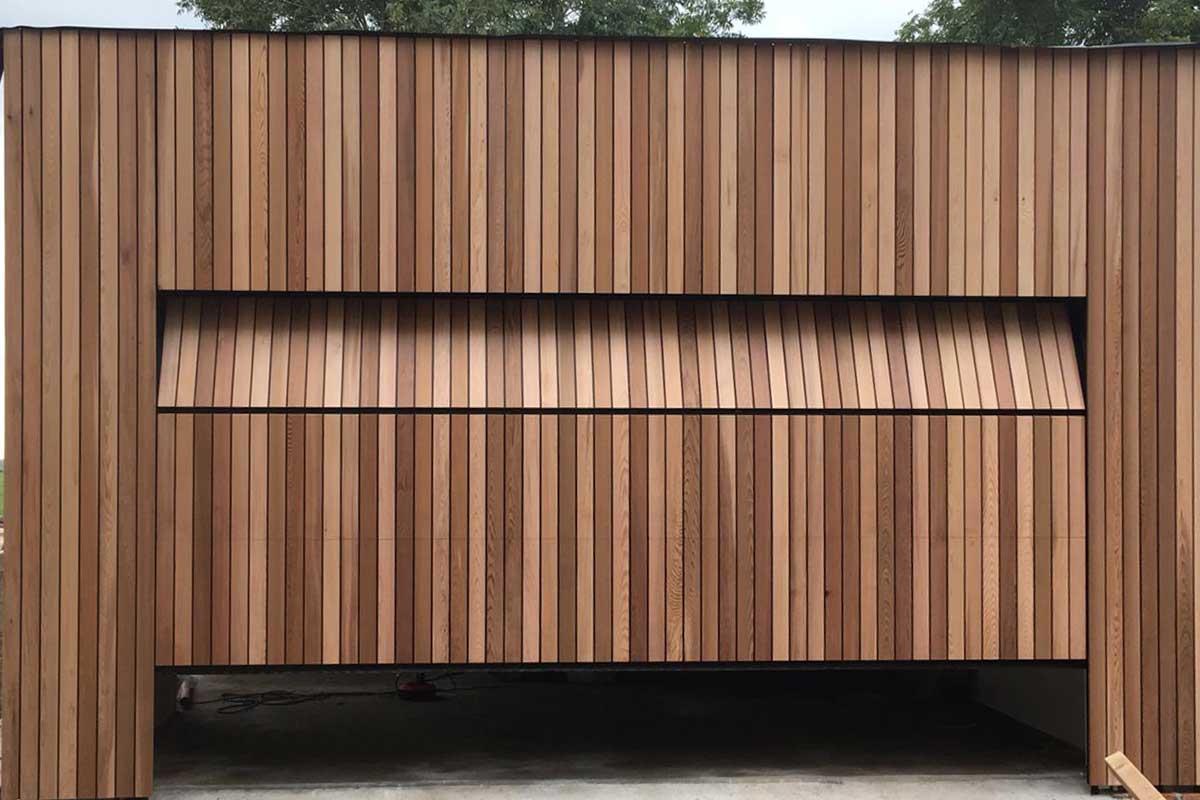 volledige-gevel-met-houten-sectionaaldeur