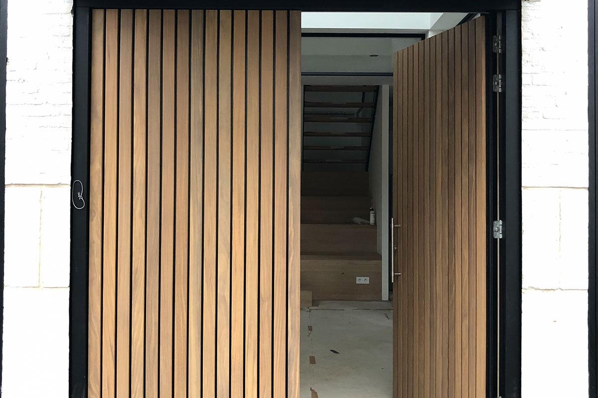 houten-voordeur-verticale-latten-afrormosia