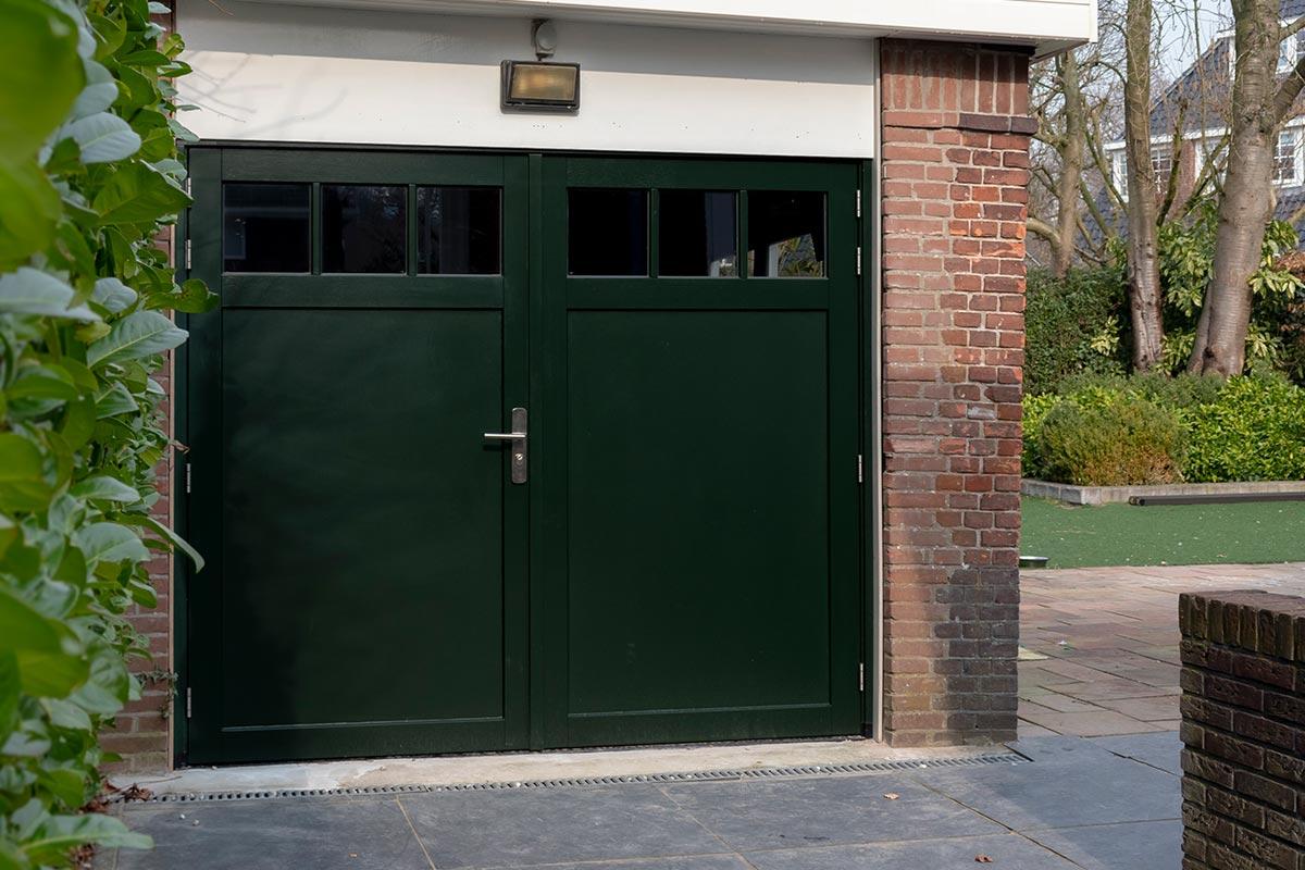 houten-openslaande-garagedeur-met-glas